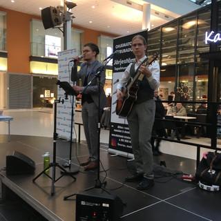 Duo Roope ja Antti acoustic experience lavalla 2020. Kitaristi: Antti Asikainen