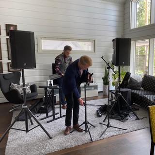 Duo Midnight Signs olohuonekeikalla 03.07.2020 Kitaristi: Teo Matala