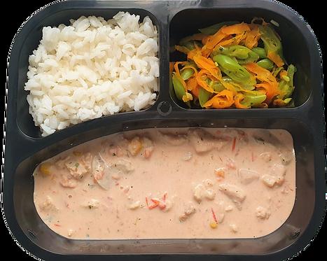 Strogonoff de frango, arroz branco e vagem com cenoura