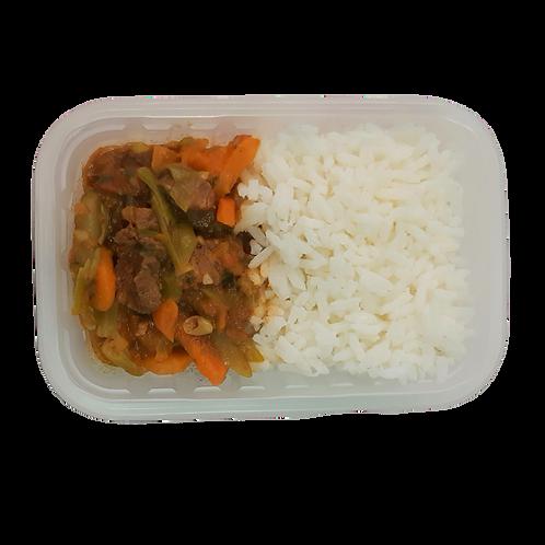 Picadinho de carne com legumes, arroz branco e feijão (à parte)
