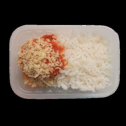 Almôndegas de frango, arroz branco e feijão (à parte)