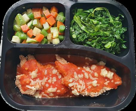 Parmegiana de frango assada, seleta de legumes e couve