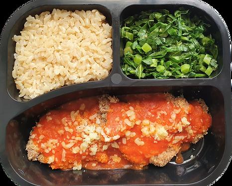 Parmegiana de filé assada, arroz integral e couve