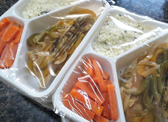 Filé de frango grelhado com pimentão, arroz de couve flor e cenoura low carb