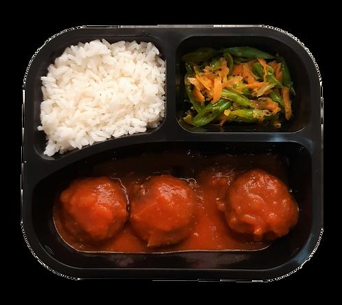 Almôndegas de carne ao sugo, arroz branco e vagem com cenoura