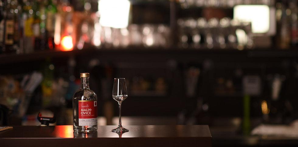 Malinovice láhev na baru