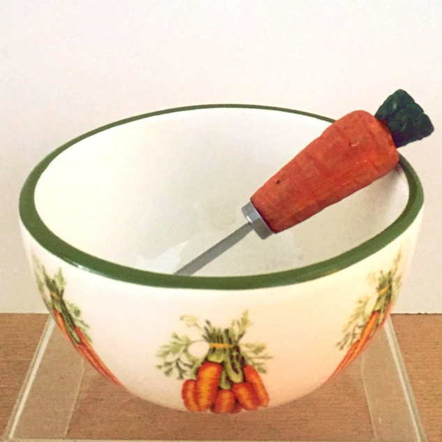 Small dipping bowl with spreader included.