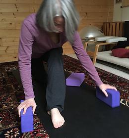 Catherine Bellières en fente basse yoga.