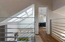 חלונות בגג שוטפים את פינת המשפחה באור נעים