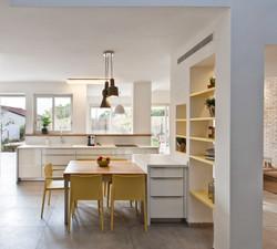 מבט מפינת המשפחה אל המטבח. לצאת לגינת התבלינים עם הקפה של הבוקר זה פינוק שצריך להיות מתוכנן מראש