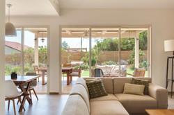 מבט מהסלון אל הגינה