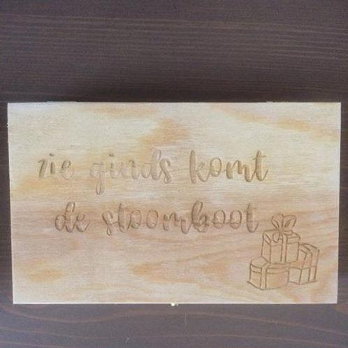 houten doosje met gravure: zie ginds komt de stoomboot