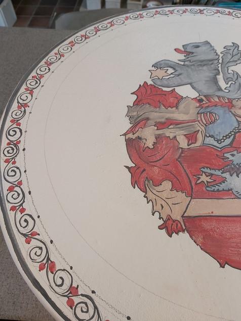 Tisch mit Wappen