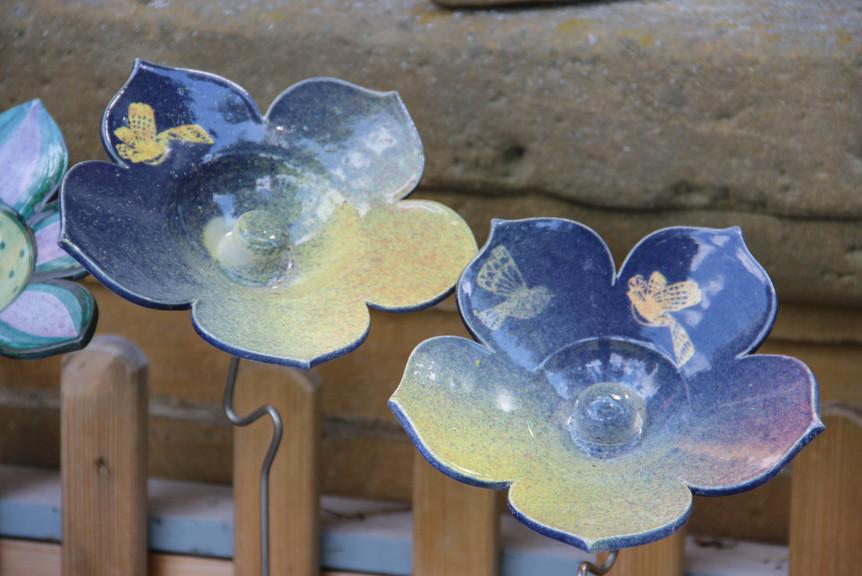 Blume mit Vogel aus Keramik