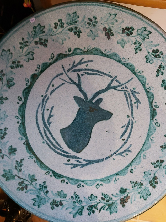 Tisch mit grünem Hirsch