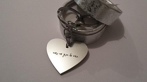 מחזיק מפתחות לב כסוף מט עם חריטה ומתלה מתכת
