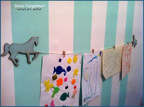 מתלה ציורים ויצירות - כוכב השבוע עם סוסים בתכלת