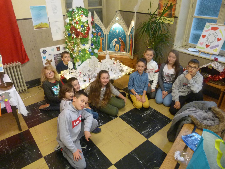 les enfants devant leur oeuvre P1240003.