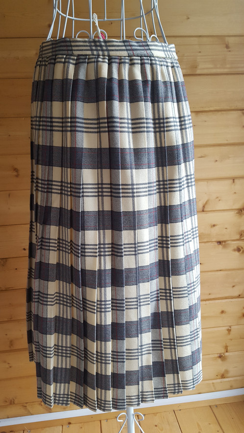 32f53f376a22a Size 18 vintage pleated skirt. Cream
