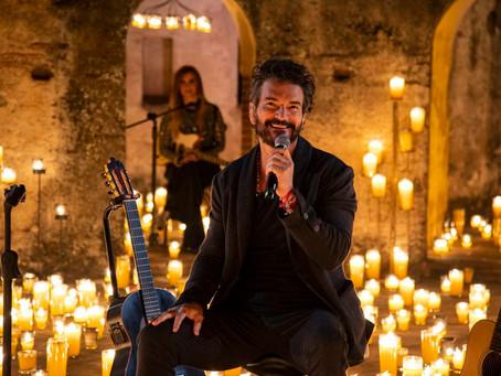 Arjona: entre cinco mil velas, guitarras y su voz; el concierto en línea se retransmite