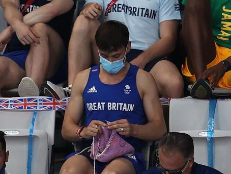 El clavadista olímpico Tom Daley fue captado mientras tejía a crochet