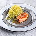 Салат из дайкона с жареным лососем