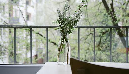 Flores em uma varanda