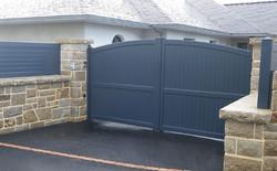 Daguer curved top gate