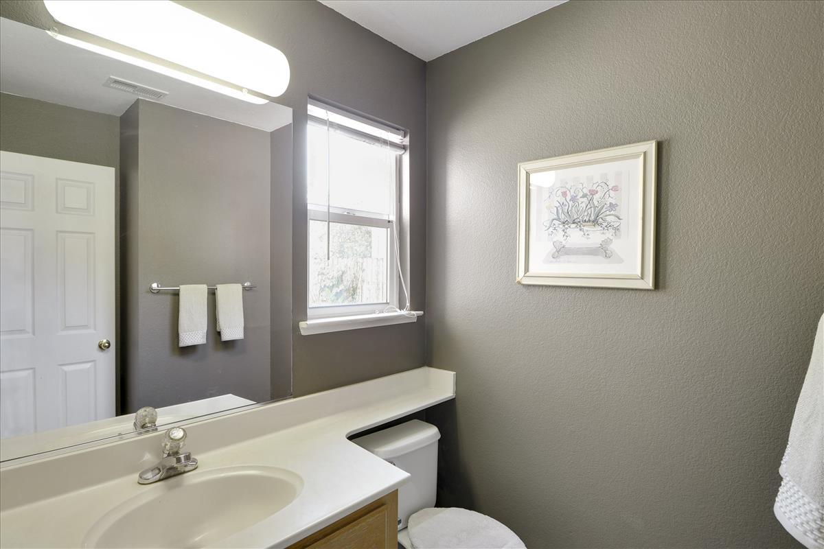 Main Level-Bath-DSC0508