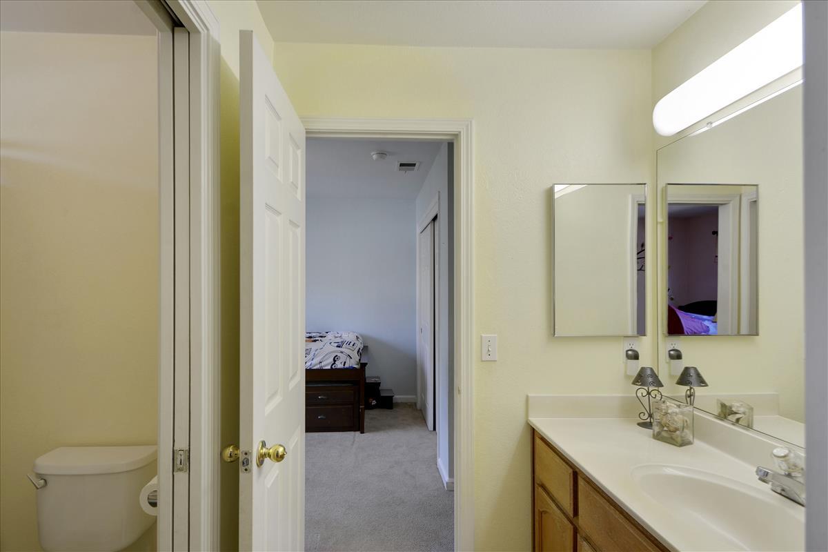 Upper Level-Bath-DSC0533