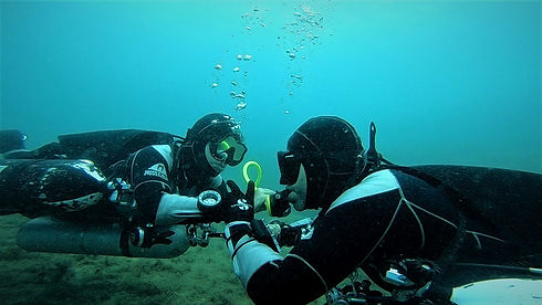 Technical divers sharing decompression gas