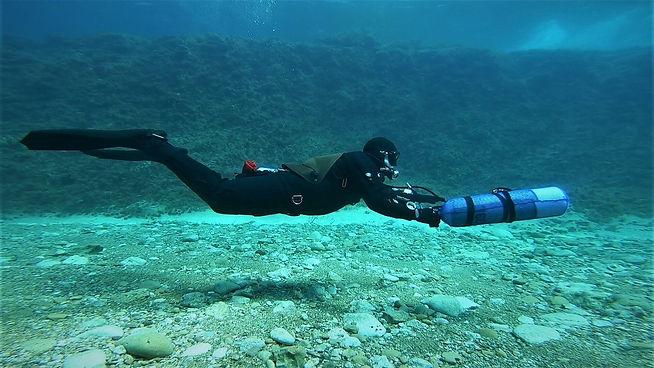 Sidemount Diver Gunning a Cylinder