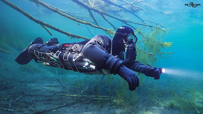 Sidemount rebreather diver