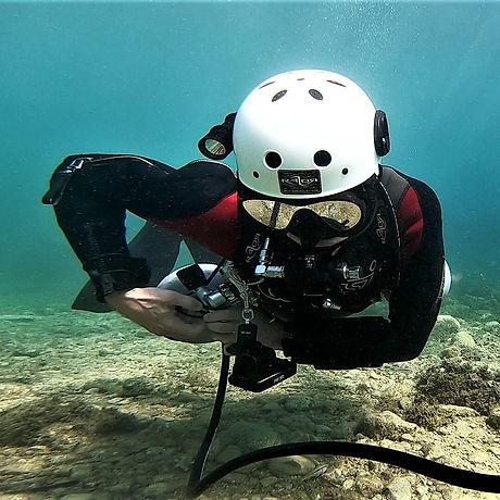 Marius Sidemount Cavern diver stowing th