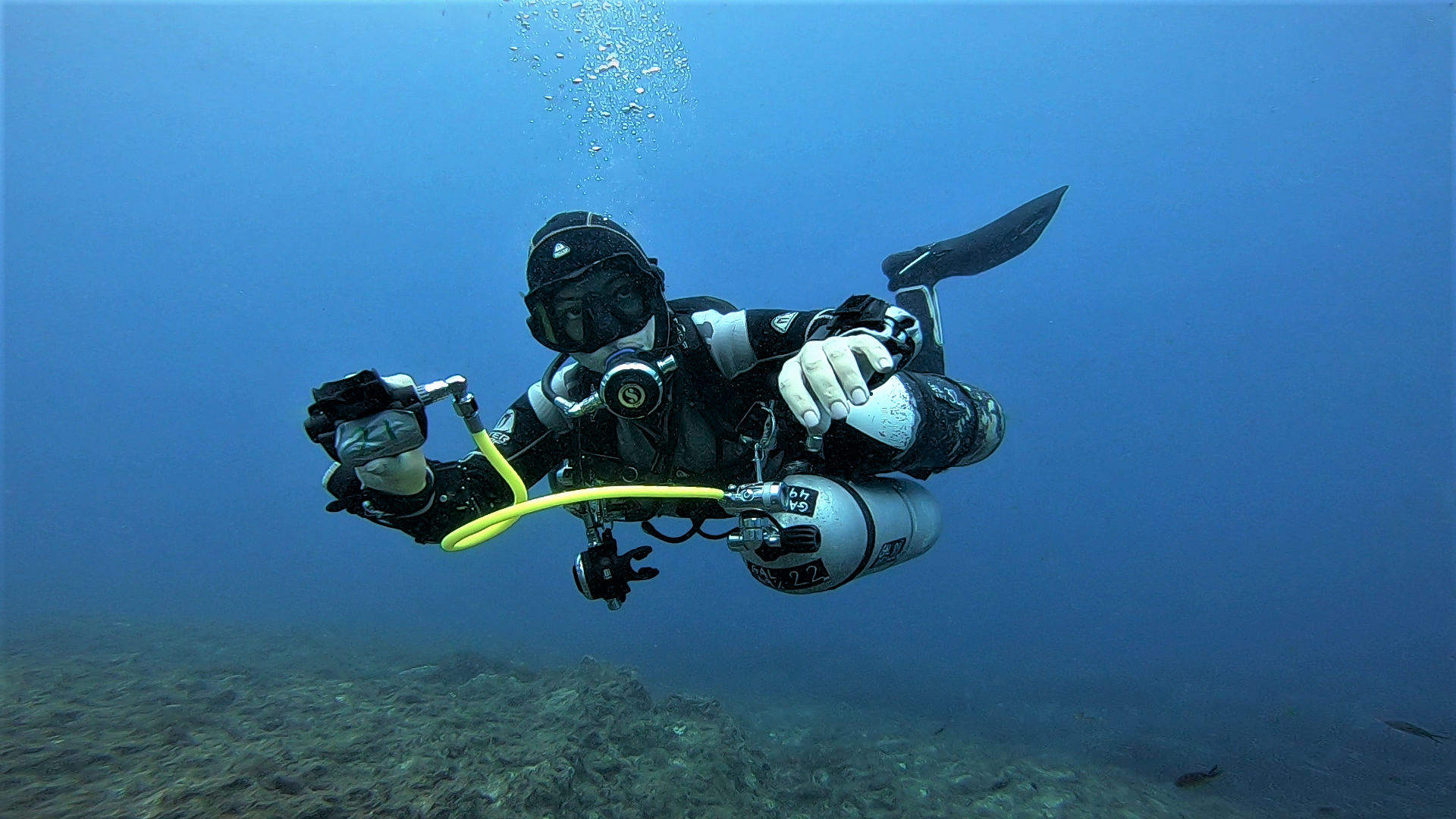 Technical Sidemount Diver making a gas switch