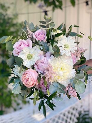 Brudbukett vitt och rosa addaflower.com.