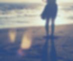 אישה בים שמלה מתנפנפת.png