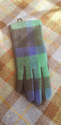 Cosy warm gloves in a blue and green check