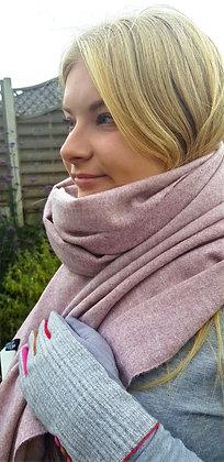 Supersoft tasseled extra largecashmere blend scarf. Vintagepink.