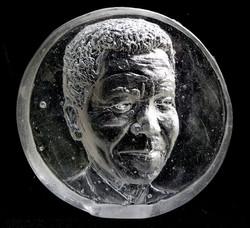 portret relief Mandela negatief in glas.