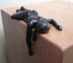vrouw met afhangende arm