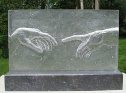 handen negatief in glas