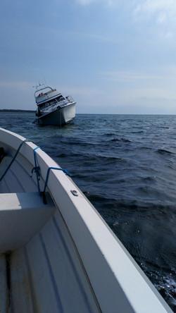 Strandet motorbåd