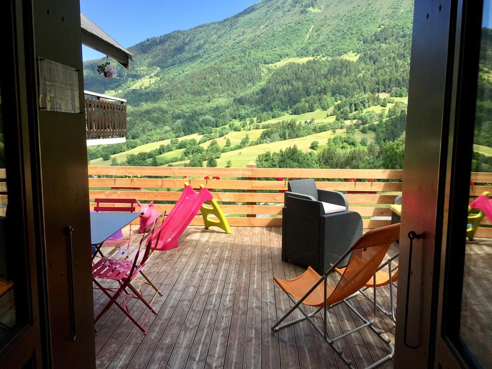 La terrasse vue de l'appartement en été