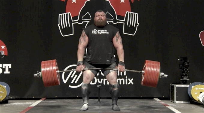 world strong man performing the deadlift