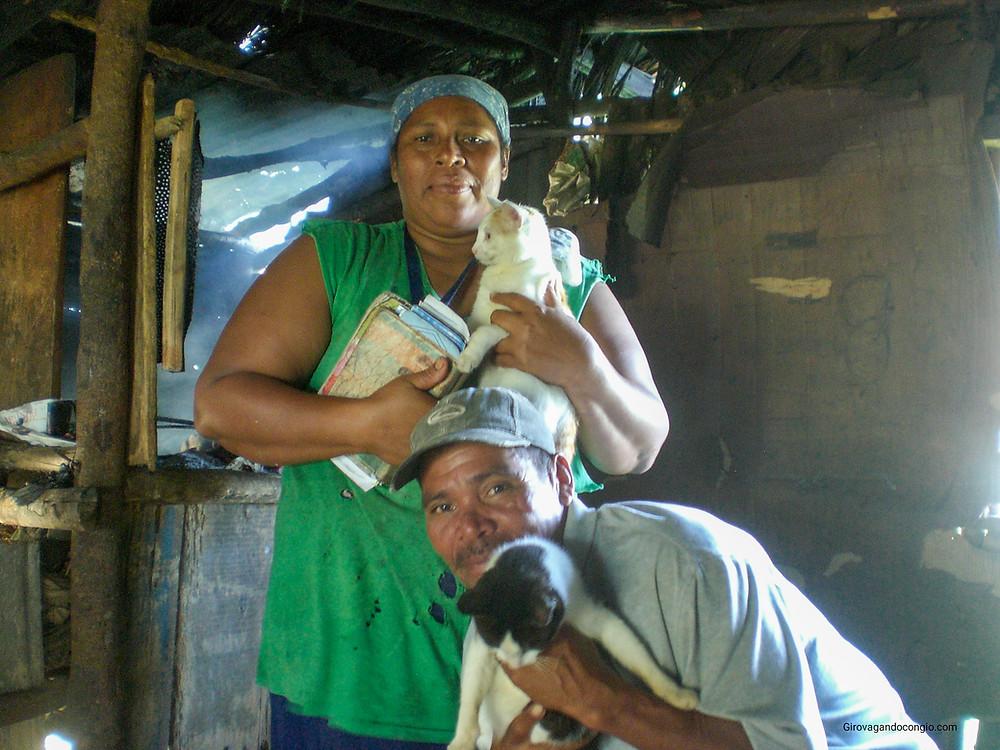 Due signori mi hanno prestato il fuoco della loro capanna in cambio di una foto con i loro gatti