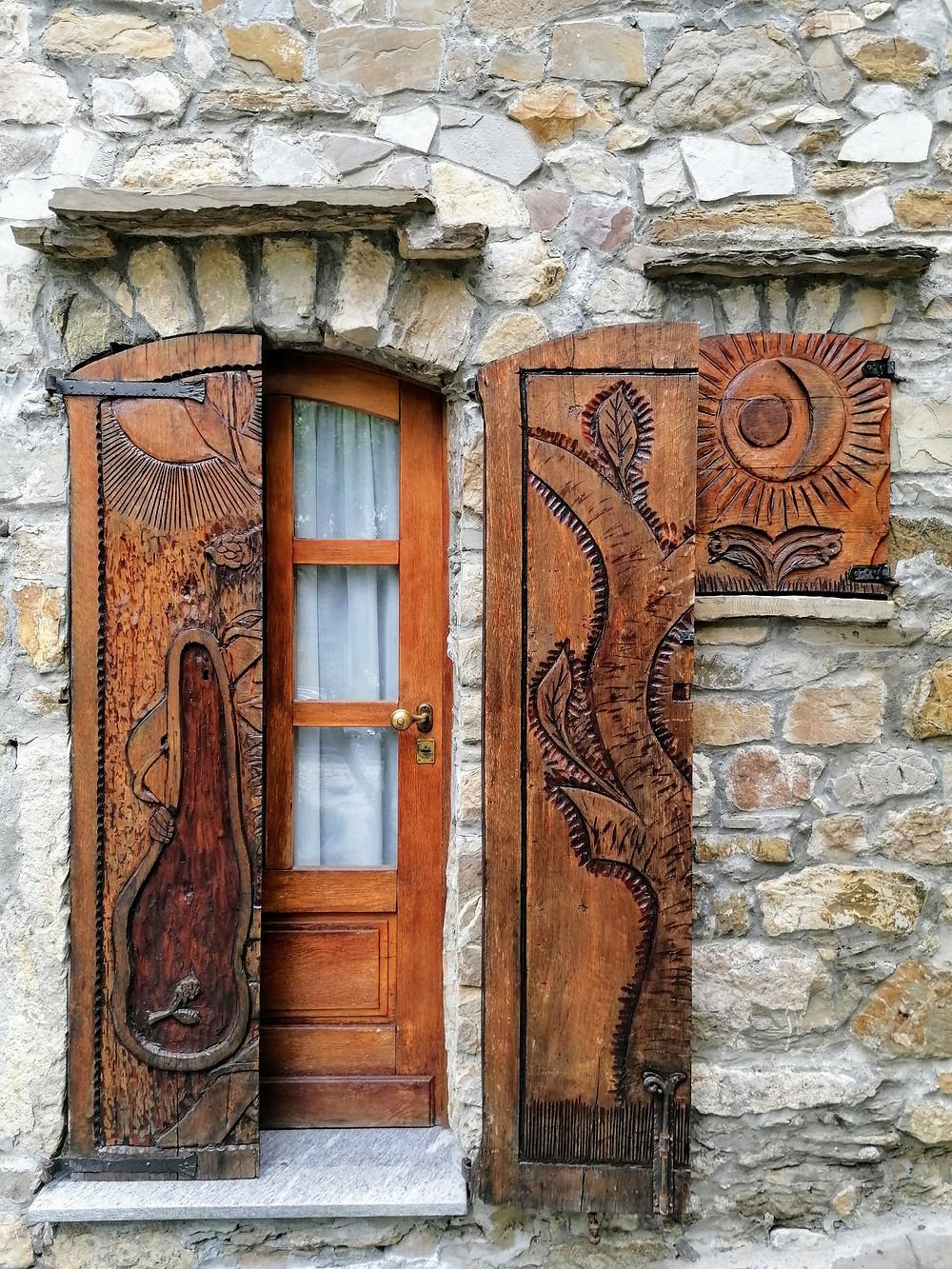 le porte e le finestre riccamente intarsiate di Brugnello,  appennino piacentino
