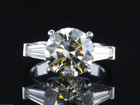 טבעת משובצת באבן יהלום