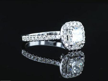 טבעת יהלום מרובעת משובצת יהלומים