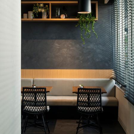 「about her 」 1Fはカフェとフラワーショップ。既存の建物を敬承しながら新しい機能を追加しタイムレスな空間を構成、植物を空間の素材として捉えジャンルの違う空間の共通性を演出 。